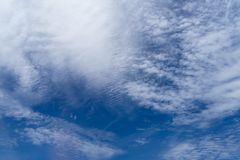 Sikt av mjuk vit cloudscape för härlig abstrakt begreppfärgstänk med skuggor av ljus bakgrund för blå himmel från flygnivåfönster royaltyfri fotografi