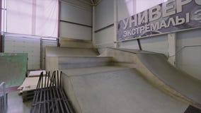 Sikt av modern skatepark med många språngbrädor, staket konkurrens challenge strid stock video
