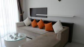 Sikt av modern vardagsrum på den lyxiga villan lager videofilmer