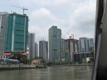 Sikt av moderna byggnader längs den Pasig floden, Manila, Filippinerna royaltyfria bilder