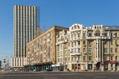 Sikt av moderna byggnader på den Smolenskaya fyrkanten, Moskva, Ryssland royaltyfri fotografi
