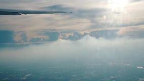 Sikt av moln från ett plant fönster stock video