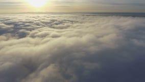 Sikt av molnen från nivån flyga över jord stock video