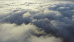 Sikt av molnen från nivån flyga över jord lager videofilmer