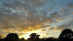 Sikt av molnen på solnedgången som underifrån målas i guling Royaltyfri Fotografi