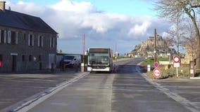 Sikt av Mont-Helgon-Michel från den Passeur anslutningsbussen lager videofilmer