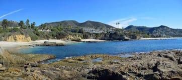 Sikt av montagesemesterorten och kustlinjen i Laguna Beach, Kalifornien Arkivfoto