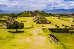 Sikt av Monte Alban, den forntida staden av Zapotecs, Oaxaca, Mexico royaltyfria bilder