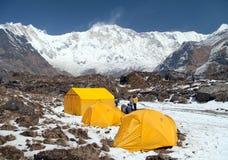 Sikt av monteringen Annapurna med tält och folk Arkivfoton