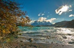 Sikt av monteringen Cuernos del Peine i nationalparken Torres del Paine under den ljusa soluppgången Chilensk Patagonia in Arkivbilder