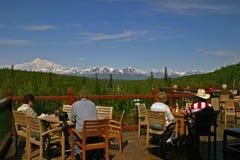 Sikt av monteringen Denali, Alaska, från en loge Arkivbild