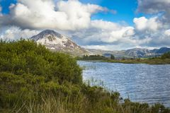 Sikt av monteringen Errigal, Co Donegal royaltyfri foto
