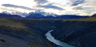Sikt av monteringen Fitz Roy och Cerro Torre från den Rio De Las Vueltas kanjonen nära El Chalten, Patagonia, Argentina royaltyfri foto