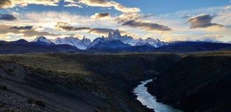 Sikt av monteringen Fitz Roy och Cerro Torre från den Rio De Las Vueltas kanjonen nära El Chalten, Patagonia, Argentina arkivfoton