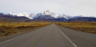 Sikt av monteringen Fitz Roy och Cerro Torre längs vägen till El Chalten, Patagonia, Argentina fotografering för bildbyråer