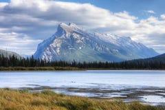Sikt av monteringen Rundle nära Banff, Alberta Arkivfoton