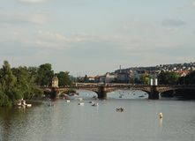 Sikt av monument från floden i Prague Fotografering för Bildbyråer