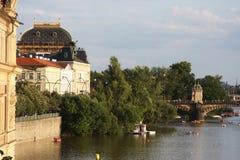 Sikt av monument från floden i Prague Royaltyfri Fotografi