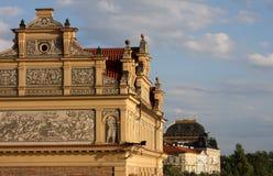 Sikt av monument från floden i Prague Royaltyfria Bilder