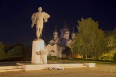 Sikt av monumentet till Alexander Nevsky i September på natten veliky novgorod för antagandeauktionkyrka Arkivbilder