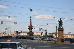Sikt av monumentet till segrarna av den ryska befälhavaren Suvorov och Treenighetbron över den Neva floden Arkivfoton