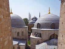Sikt av moskékupoler från Agiaen Sofia i Istanbul, Turkiet Royaltyfri Foto