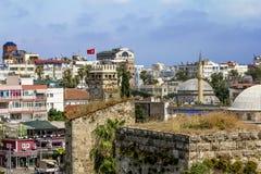 Sikt av moskén i den gamla staden av Kaleici i Antalya Royaltyfri Foto