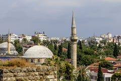 Sikt av moskén i den gamla staden av Kaleici i Antalya Fotografering för Bildbyråer