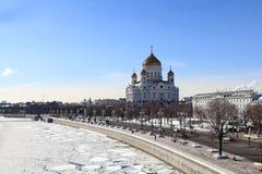 Sikt av Moskva i den tidiga våren Moskvaflod, Kristus frälsaredomkyrkan och Prechistenskaya invallning royaltyfria bilder