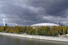 Sikt av Moskvafloden från Vorobyovy den blodiga tunnelbanabron Royaltyfri Bild