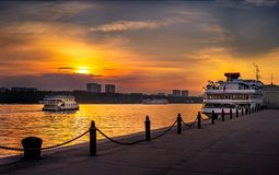 Sikt av Moskvakanalen på solnedgången i sommaren royaltyfri fotografi