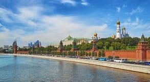Sikt av MoskvaKreml bak Moskva-floden Royaltyfri Bild