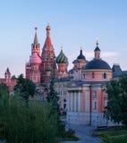 Sikt av MoskvaKreml, domkyrka för St-basilika` s, Spasskaya torn Fotografering för Bildbyråer