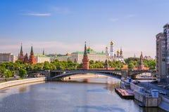 Sikt av MoskvaKreml i morgonen med den stora stenbron Royaltyfri Fotografi