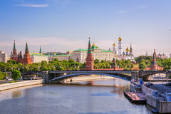 Sikt av MoskvaKreml med den stora stenbron Royaltyfri Foto