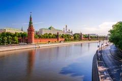 Sikt av MoskvaKreml med den stora stenbron Arkivfoton