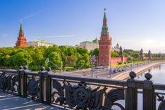 Sikt av MoskvaKreml med den stora stenbron Royaltyfria Bilder
