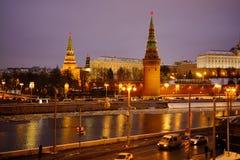 Sikt av MoskvaKreml och Moskvafloden på en vinterafton På skeppen för flodnavigering Is dy brigham royaltyfri fotografi
