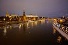 Sikt av MoskvaKreml och Moskvafloden på en vinterafton På skeppen för flodnavigering Is dy brigham arkivbild