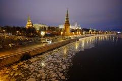 Sikt av MoskvaKreml och Moskvafloden på en vinterafton På skeppen för flodnavigering Is dy brigham arkivfoton