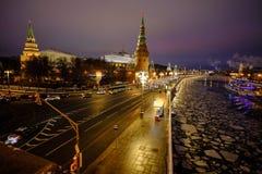 Sikt av MoskvaKreml och Moskvafloden på en vinterafton På skeppen för flodnavigering Is dy brigham royaltyfria bilder