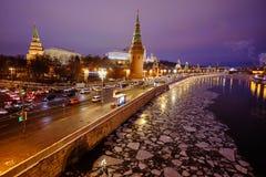 Sikt av MoskvaKreml och Moskvafloden på en vinterafton På skeppen för flodnavigering Is dy brigham arkivbilder