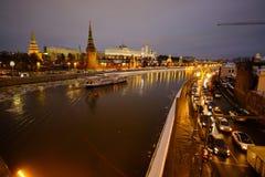 Sikt av MoskvaKreml och Moskvafloden på en vinterafton På skeppen för flodnavigering Is dy brigham royaltyfri bild