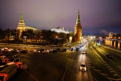 Sikt av MoskvaKreml och Moskvafloden på en vinterafton På skeppen för flodnavigering Is dy brigham fotografering för bildbyråer