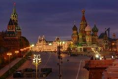 Sikt av MoskvaKreml och St Basil Cathedral på röd fyrkant på natten Historiskt mittlandskap för Moskva fotografering för bildbyråer
