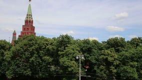 Sikt av MoskvaKreml på en solig dag, Ryssland-- Moskvaarkitektur och gränsmärke, Moskvacityscape stock video