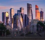 Sikt av Moskvastaden, den i stadens centrum moderna Moskva Arkivbilder