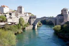 Sikt av Mostar och den gamla bron över den Neretva floden Royaltyfria Bilder