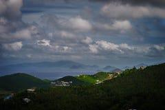 Sikt av mountinen, havet och himlen i St Thomas, USA Jungfruöarna Arkivfoton