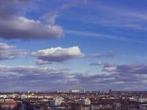 Sikt av Munich horisont med moln från Olympia Park Munich, lodisar Royaltyfri Fotografi